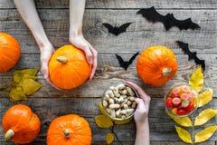 Anmerkungen und ein Baum in einem Mondschein Kürbise, Papierschläger und Herbstlaub auf Draufsicht des hölzernen Hintergrundes Stockfotos
