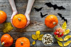 Anmerkungen und ein Baum in einem Mondschein Kürbise, Papierschläger und Herbstlaub auf Draufsicht des hölzernen Hintergrundes Stockfotografie