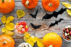 Anmerkungen und ein Baum in einem Mondschein Kürbise, Papierschläger und Herbstlaub auf Draufsicht des hölzernen Hintergrundes Lizenzfreies Stockbild