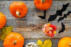 Anmerkungen und ein Baum in einem Mondschein Kürbise, Papierschläger und Herbstlaub auf hölzernem copyspace Draufsicht des Hinter Stockbild