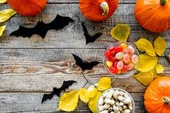 Anmerkungen und ein Baum in einem Mondschein Kürbise, Papierschläger und Herbstlaub auf hölzernem copyspace Draufsicht des Hinter Lizenzfreies Stockfoto