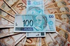 Anmerkungen 50 und 100 Reais von Brasilien Stockbilder