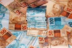 Anmerkungen von 50 und 100 Reais von Brasilien im Paket Stockfotografie