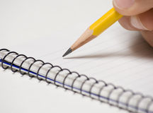 Anmerkungs-Auflage mit Bleistift in der Hand Stockbilder