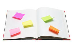Anmerkungs-Buch mit anhaftenden Anmerkungs-Papieren Lizenzfreie Stockfotografie