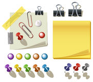 Anmerkungs-Papier mit Stiften und Klipps Lizenzfreies Stockfoto
