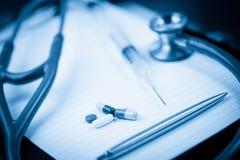 Anmerkungsauflage mit Stethoskop und Feder entlang Lizenzfreies Stockfoto