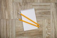 Anmerkungsbuch mit Bleistift auf einer hölzernen Beschaffenheit Lizenzfreies Stockbild