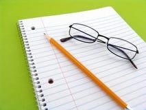 Anmerkungsbuch mit Bleistift und Gläsern Stockfotos