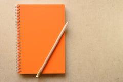 Anmerkungsbuch mit orange Abdeckung Lizenzfreie Stockfotografie