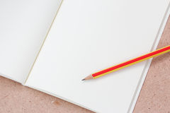 Anmerkungsbuch und -bleistift Stockfoto