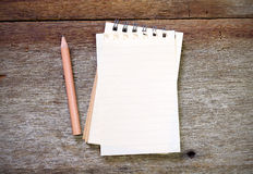 Anmerkungsbuchbleistift auf altem Holz Lizenzfreies Stockbild