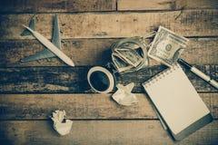 Anmerkungsbuchpapier auf altem hölzernem Hintergrund; Stillleben Lizenzfreie Stockfotografie