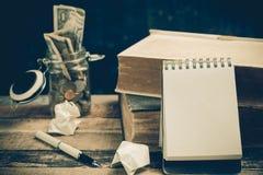 Anmerkungsbuchpapier auf altem hölzernem Hintergrund; Stillleben Stockbild