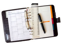 Anmerkungsbuchpapier mit Stift und Gläsern Lizenzfreies Stockbild
