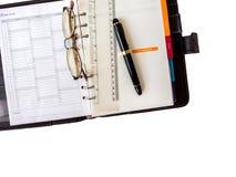 Anmerkungsbuchpapier mit Stift und Gläsern Stockbilder