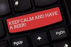 Anmerkungsvertretung schreibend, halten Sie Ruhe und haben Sie ein Bier Geschäftsfoto, das Relax zur Schau stellt, ein kaltes Get lizenzfreies stockfoto