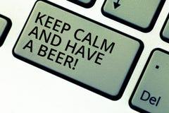 Anmerkungsvertretung schreibend, halten Sie Ruhe und haben Sie ein Bier Geschäftsfoto, das Relax zur Schau stellt, ein kaltes Get stockbilder