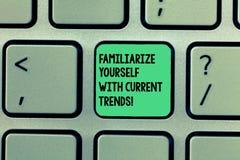Anmerkungsvertretung schreibend, machen Sie sich mit aktuellen Trends vertraut Die Geschäftsfotopräsentation ist aktuelles spätes stockbild