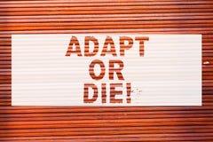 Anmerkungsvertretung schreibend, passen Sie sich an oder sterben Sie Die Geschäftsfotopräsentation ist zu den Änderungen flexibel lizenzfreie stockfotografie