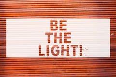Anmerkungsvertretung schreibend, seien Sie das Licht Die Geschäftsfotopräsentation erleuchten andere Vertretung mit Ihrer Haltung stockbilder