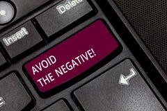 Anmerkungsvertretung schreibend, vermeiden Sie das Negativ Geschäftsfoto, das jemand bitten, positive Aktionshöhe anzustreben zur stockbilder