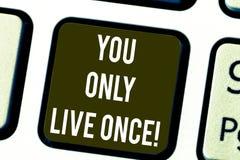 Anmerkungsvertretung Sie schreiben nur Live Once Die Geschäftsfotopräsentation ergreifen den Tag und glücklich sein, dass motivie stockfotos