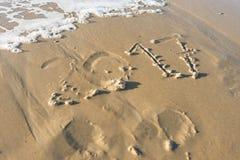 Année 2017 écrite dans le sable de la plage et effacée par le wav Images libres de droits