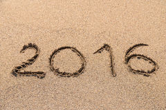 Année 2016 écrite sur le sable Photographie stock
