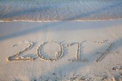 Année 2017 écrite sur le sable Images stock