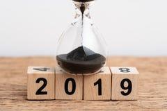 Année concept de fonctionnement ou de compte à rebours de 2019 fois, clôturé du sable d images stock