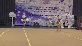 Année d'Orenbourg, Russie 25 novembre 2017 : les filles concurrencent dans la routine de ruban de gymnastique rythmique banque de vidéos