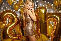 Année 2017 de femme et d'or heureux la nouvelle monte en ballon Images stock