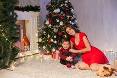 Année ouverte d'arbre de Noël de cadeaux de mère et de petit garçon nouvelle photographie stock