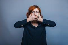 années à l'air européen de femme ses mains au-dessus de bouche Photographie stock