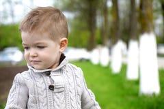 2 années à la mode de pose de bébé garçon Photo libre de droits