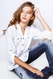 13 années aux cheveux blonds de fille dans le studio Image libre de droits