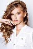 13 années aux cheveux blonds de fille dans le studio Photo libre de droits