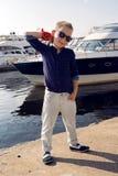 Années blondes de bébé garçon 8 dans une chemise bleue, pantalons légers Image libre de droits