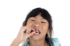6 années d'enfant a perdu la dent de lait Images stock