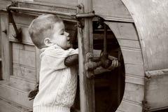 2 années de bébé garçon curieux contrôlant avec le vieil AGR Photographie stock libre de droits