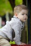 2 années de bébé garçon sur le terrain de jeu Image stock