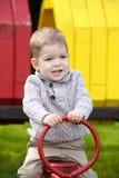 2 années de bébé garçon sur le terrain de jeu Photos libres de droits
