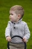 2 années de bébé garçon sur le terrain de jeu Images stock