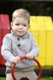 2 années de bébé garçon sur le terrain de jeu Photo libre de droits