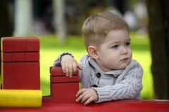 2 années de bébé garçon sur le terrain de jeu Photographie stock libre de droits