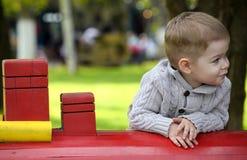 2 années de bébé garçon sur le terrain de jeu Images libres de droits