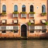 300 années de façade vénitienne de palais du canal grand Images libres de droits