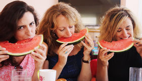 40 années de femme mangeant la pastèque Image stock