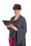 65 années de femme recherchant dans l'Internet, Londres Photo stock